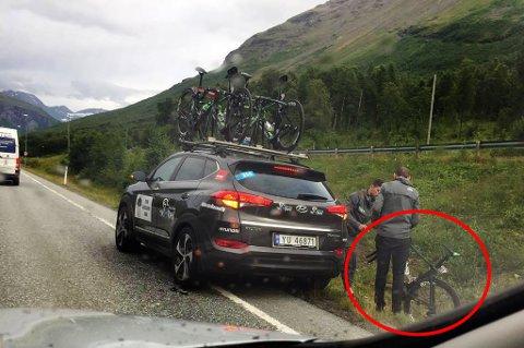 I GRØFTA: De fisket sykkelen opp av grøfta etter at den falt av biltaket. Foto: Nordlys-tipser