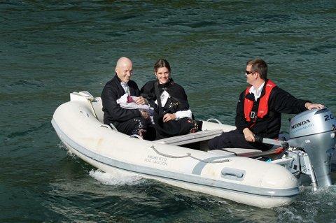 Her fraktes Lina trygt i land på Kvaløya sammen med pappa Kai-Morten Pedersen og mamma Janne Kristin Undheim. Foto: Privat