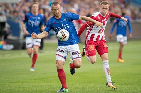 VARIABEL: Aron Sigurdarson i aksjon mot Vålerenga på Ullevaal mandag kveld.