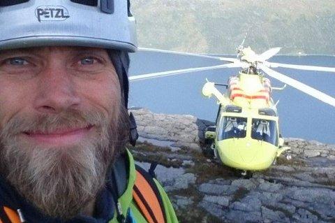 I AKSJON: Mikal Nerberg er førstekandidat for MdG i Troms, men også aktiv friluftsmann og engasjert i den frivillige redningstjenesten. Her er han på Store Blåmann tirsdag denne uken, der to personer måtte hjelpes ned etter å ha gått seg fast.