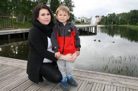 SKUMMELT: Ida Lorentsen og sønnen Liam (3) på kaikanten der han falt utfor.