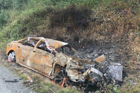 UTBRENT: Her står det utbrente bilvraket på fylkesvei 866, halvannen uke etter at den smalt inn i fjellveggen.
