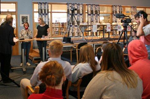 DEBATT: Sentraliseringspolitikk sto i fokus under paneldebatten i Sjøvegan videregående skole. Det ble stilt mange spørsmål til panelet.