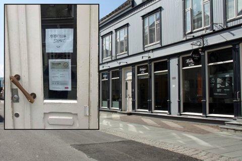SKILT PÅ DØREN: Harmoni Café og Bistro hadde bare vært åpen i en drøy måned. Nå er det hengt opp skilt på døren om at restuaranten er midlertidig stengt. Foto: Astrid Øvre Helland