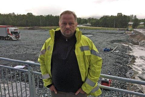 På området bak TUILs Rolf Jacobsen skal det reise seg en fotball- og turnhall i høst. Om et drøyt år skal det store halløftet til TUIL til 110 millioner kroner åpnes.