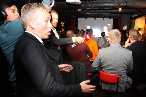 Her får Venstres Morten Skandfer de første valgresultatene - og det var tydelig gode nyheter.