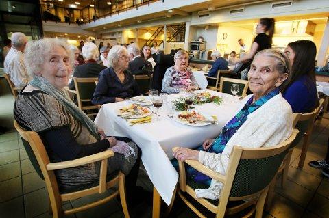 STOR OPPDEKNING: Edith Andreassen (til høyre) og Reidun Johansen satte stor pris på festmiddagen som frivillige stelte i stand for alle beboerne ved Mortensnes sykehjem torsdag.