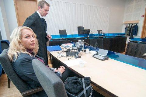 TAPTE SAK: Elin Iselvmo (42) tapte rettssaken mot sin tidligere arbeidsgiver Bryggen Spa. Her sammen med sin prosessfullmektig, advokat Ken Olav Warth, da saken gikk for Nord-Troms tingrett i begynnelsen av september.