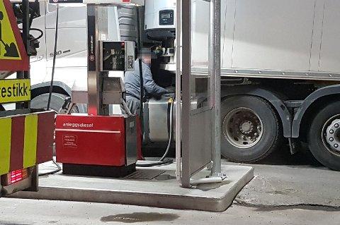 FERSKET: Her fyller sjåføren av det utenlandskregistrerte vogntoget avgiftsfri diesel på Circle K i Nordkjosbotn.