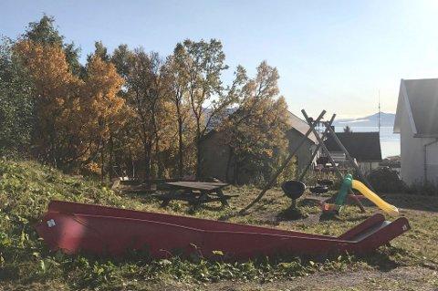 FARLIG: Den ødelagte sklia ligger fortsatt på lekeplassen på Kvaløya. Faksimilie: Gatami.no