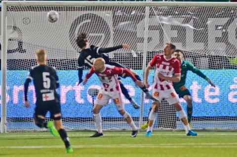 Her er situasjonen som ga Odd straffe. Dommeren mente Tromsøs Hans Norbye felte Odds Sigurd Haugen i kampen mellom TIL og Odd Genland på Alfheim stadion.  Foto: Rune Stoltz Bertinussen / NTB scanpix