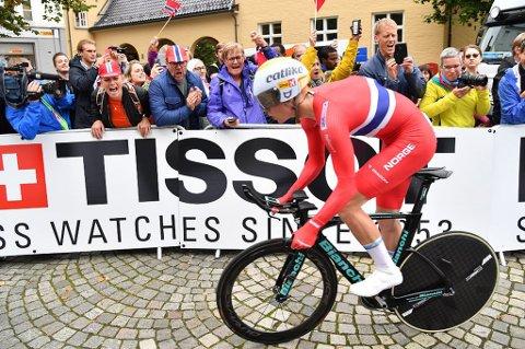 Andreas Rikardsen Leknessund klarte ikke hevde seg i toppen på fellesstarten i sykkel-VM for juniorer lørdag.