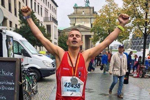 STORT ØYEBLIKK: Kristian Ulriksen løp inn til den sjette beste tiden en nordnorsk løper har registrert på helmaraton i historien, da han perset på 2.22.30 under Berlin Marathon søndag. Ikke rart han jubler.