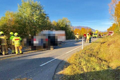 FRONTKOLLISJON: Tre personer satt fastklemt etter ulykken, opplyser politiet.