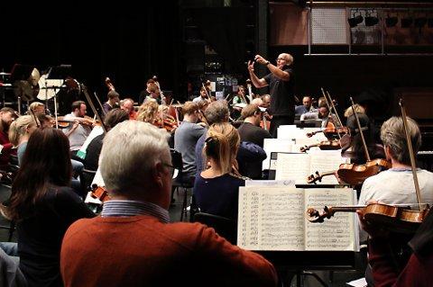 Christian Lindberg dirigerer med kraft også på øving. Orkesteret finpusser materialet de skal ut på turne i Japan med fra 9. oktober. Onsdag kveld spiller de i Kulturhuset i Tromsø.