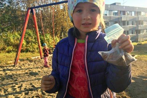 I POSE: Knokkelen ble vasket og lagt i en pose. Her holder Nora Berntsen (5) opp funnet på lekeplassen.