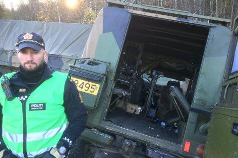 REAGERER: Marius Myrvang, politiets innsatsleder på skadestedet i Målselv, reagerer på at det ikke er sikkerhetsbelter i baksetet på Hærens feltvogn. Fire ansatte i Hæren ble skadet da feltvognen krasjet med en militær lastebil fredag formiddag.