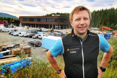 Bjørn Brækkan foran nye Kraft på Campus i Tromsø.