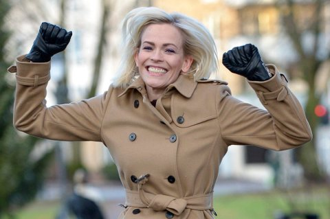 FØRSTE GJEST: Se så glad Carina Olset er for at det endelig kommer en podkast som også tar for seg lokal fotball! NRK-profilen er første gjest når den nye fotballpodkasten lanseres 13. september.