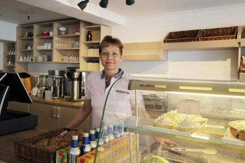 SERVERER: Olga Popova bak disken på den nye kafeen.