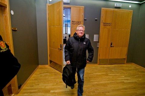 FORSVARER: Advokat Ulf E. Hansen satt 12 timer i avhør sammen med sin klient onsdag. Her er han på vei ut fra fengslingsmøtet i Nord-Troms tingrett forrige uke.