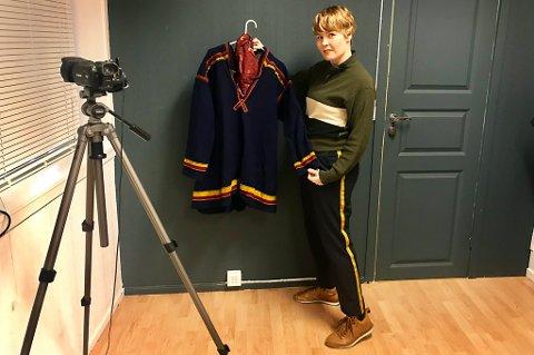 Nina Erdahl med ei Karesuando-kofte, spesialsydd til «Den 12. mann» av Jorunn Løkvold.