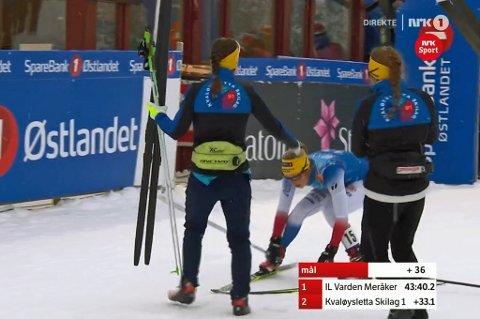 NM-SØLV! Silje Theodorsen krysser mållinja og gratuleres av lagvenninnene Merete Myrseth og Berthe Anette Svenkerud. Klubben ble nummer to på NM-stafetten.