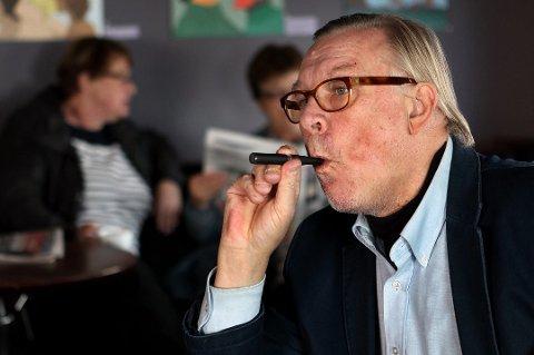 Geir Finne røyker videre tross alle advarsler og forbud. Her prøver han e-sigaretter, men har nå gått tilbake til Camel uten filter igjen.