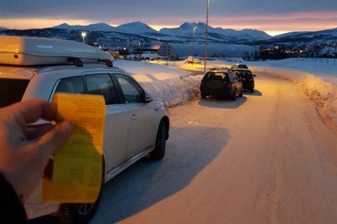 PARKERINGSBOT: Svært mange bilister fikk søndag parkeringsbot ved Storelvahallen under fotballturneringa SOLcup. Foto: Nordlys-tipser