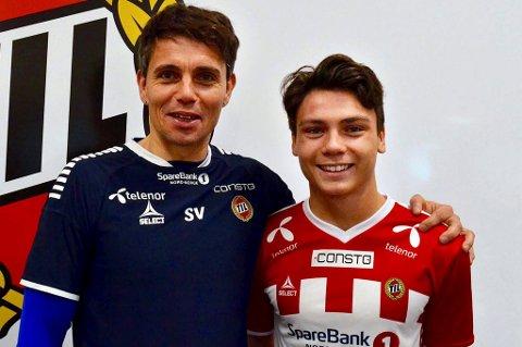 ALT FOR NORGE: Sigurd Grønli poserte med trener Simo Valakari da han 31. oktober signerte sin første A-kontrakt som TIL-spiller. Nå er unggutten tatt ut på det norske G18-landslaget.