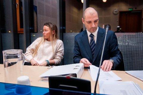 TAPTE: Psykologistudent Kristin Opheim Ølness (26), her sammen med sin prosessfullmektig Anders Løkse Berthinussen, tapte søksmålet mot Universitetet i Tromsø. Hun slipper likevel å betale saksomkostninger.