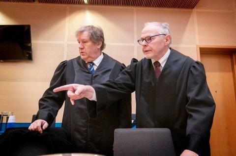 DRAPSSAK: Statsadvokat Torstein Hevnskjel (til høyre) er aktor i rettssaken mot 39-åringen som er tiltalt for å ha drept sin egen mor. Her sammen med Roar Edvardsen, en av bistandsadvokatene i saken.
