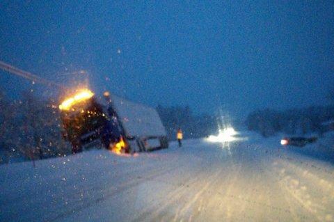 I GRØFTA: En trailer står i grøfta på E6 i Takelvdalen torsdag ettermiddag. Ifølge meldinger sneiet den en postbil, før den havnet utfor veien.