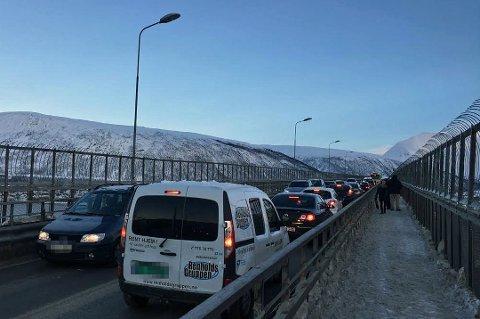 KRANGLET ETTER BRÅBREMS: Det var etter en hendelse her på Tromsøbrua mandag kveld, at de to Nobina-sjåførene røk i tottene på hverandre.