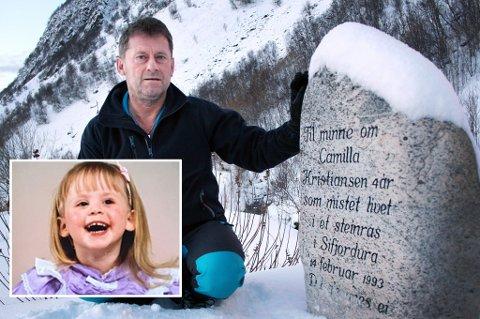 Geir Kristiansen ved minnesteinen for datteren Camilla som omkom i rasulykka i Sifjord for 25 år siden.