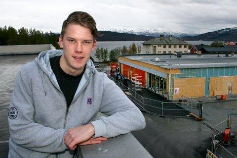 UTÅLMODIG: Tony Bakketun Hjelmseth (20) ser ned på det nye butikkbygget hvor kjøpmannsdrømmen hans snart blir realisert i den nye Rema1000-butikken ved Amfi på Finnsnes.