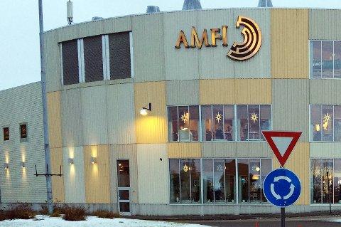 I ti år har det vært lys ute på veggen av Amfi Finnsnes. Men hvem skal betale for dem?