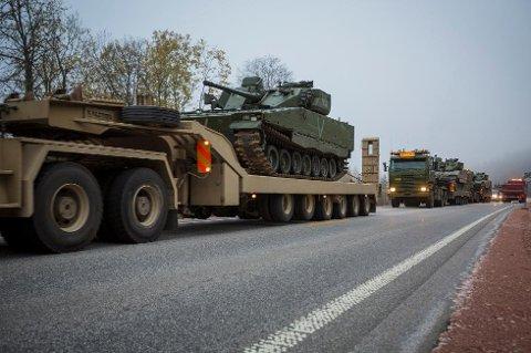 KOLONNEKJØRING: Hæren ber bilistene  være oppmerksomme på veiene i Midt-Troms de neste dagene.