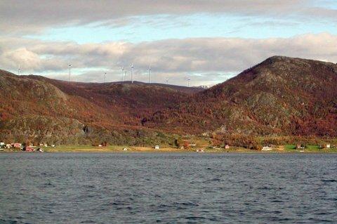 VINDKRAFTVERK: For tiden jobbes det med å etablere Raudfjell og Kvitfjell vindkraftverk på fjellet over Buvika. Bildet er fra konsesjonssøknaden og viser hvordan utsikten fra sjøen og inn mot Buvik vil bli i fremtiden. Illustrasjon: NVE