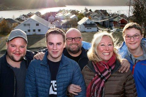 ENDELIG HJEMME: Henrik (t.v.), Marcus, Thor, Kristin og Kristoffer har funnet tilbake til sine røtter på Husøy.