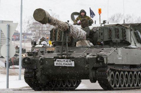 KOLONNE: Det blir en del militær aktivitet langs veiene fra lørdag til tirsdag. Her en artillerivogn av typen M109 avbildet ved en tidligere anledning.