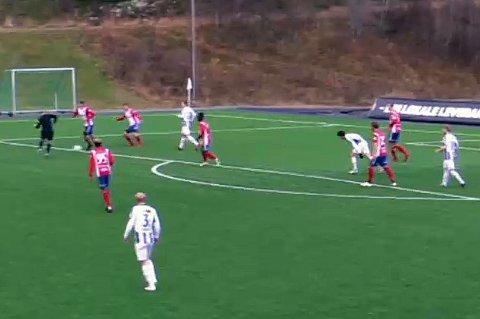 UHELDIG: Her serverer dommer Geir-Oskar Isaksen Skjervøys Erlend Pedersen målgivende pasning til 1-1-målet mot Lyn.