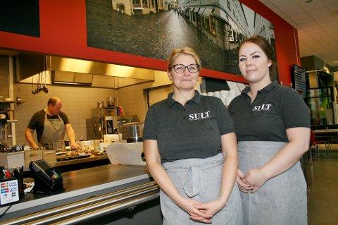 SULT: Servitørene Inger-Lise Walberg (t.v.) og Stine Lise Teigstad Simonsen håper på åpning av den nye restauranten i Kunnskapsparken Finnsnes til helga.