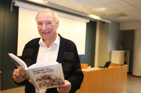 FORTELLER UKJENTE HISTORIER: Johnny Hansen har skrevet mange bøker om Tromsøs historie, og lanserte en ny bok på Nerstrands kjøpesenter torsdag.