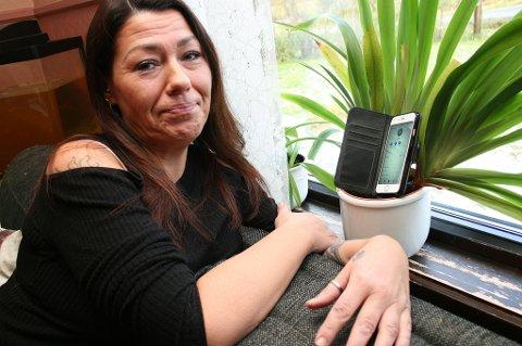 Kristin Aamo med mobilen i blomsterpotta kan miste internettilgangen også.