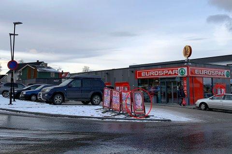 Her er plakatene som møtte kundene hos Eurospar Tromsdalen i dag. Foto: Stian Saur