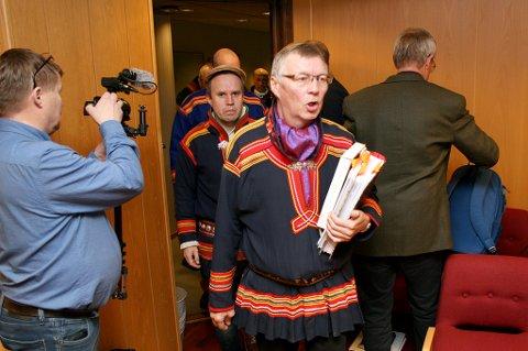 Ordfører Per-Anders Nutti i Saarivuoma sameby på vei inn i Senja tingrett med krav om beiterettigheter i Indre Troms.