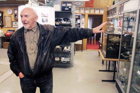 FORTSATT ÅPENT: Roar A. Johannessen har over 40 år i Televerket bak seg, og har i mange år drevet det vesle Telemuseet på Langnes. - Mange tror at vi har stengt, men det stemmer ikke, sier han.