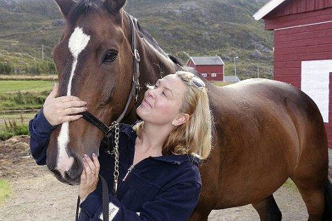FORVENTER MYE, FÅR MER: Veronica Isaksen er daglig leder i Tromsø Ryttersportsklubb. Har du en av de rundt 80 hestene som står på stall på gården, forventes det at du bidrar med 40 dugnadstimer i året. – Vi har aldri opplevd at noen har jobbet for lite dugnad. De aller fleste jobber mye, mye mer. Det er en livsstil, sier Veronica Isaksen.
