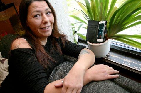 BLOMSTERPIKEN: Kristin Aamo må ha mobilen i blomsterpotta for å få dekning nok til å ringe.